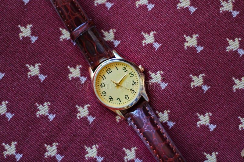 Reloj aislado del oro y del cuarzo con la correa de cuero fotos de archivo libres de regalías
