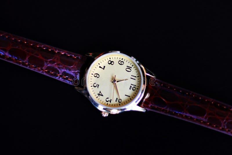 Reloj aislado del oro y del cuarzo con la correa de cuero imagenes de archivo