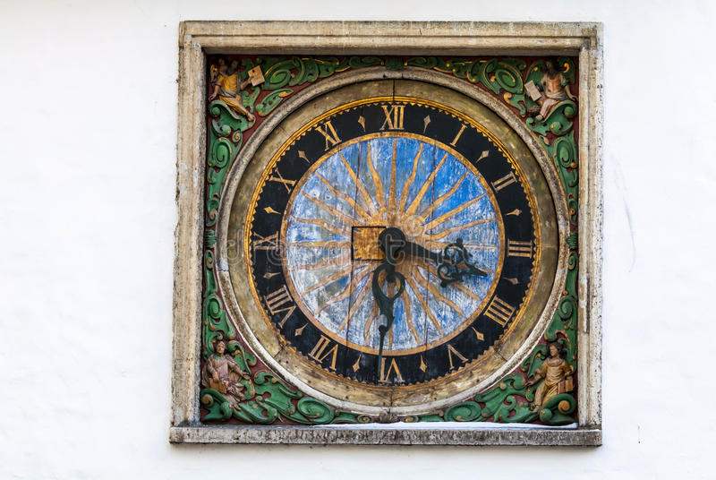 Reloj al aire libre antiguo en la pared blanca en Tallinn imagen de archivo