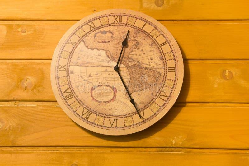 Reloj amarillo grande en la pared imagen de archivo