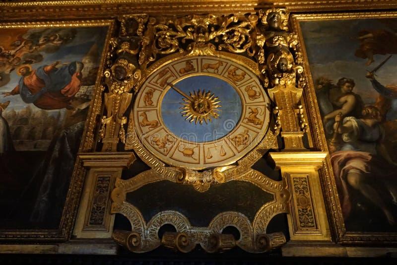 Reloj antiguo del horóscopo imagenes de archivo