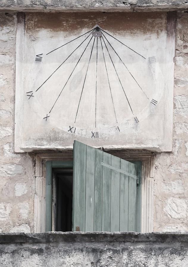 Reloj antiguo del sol en fractura foto de archivo
