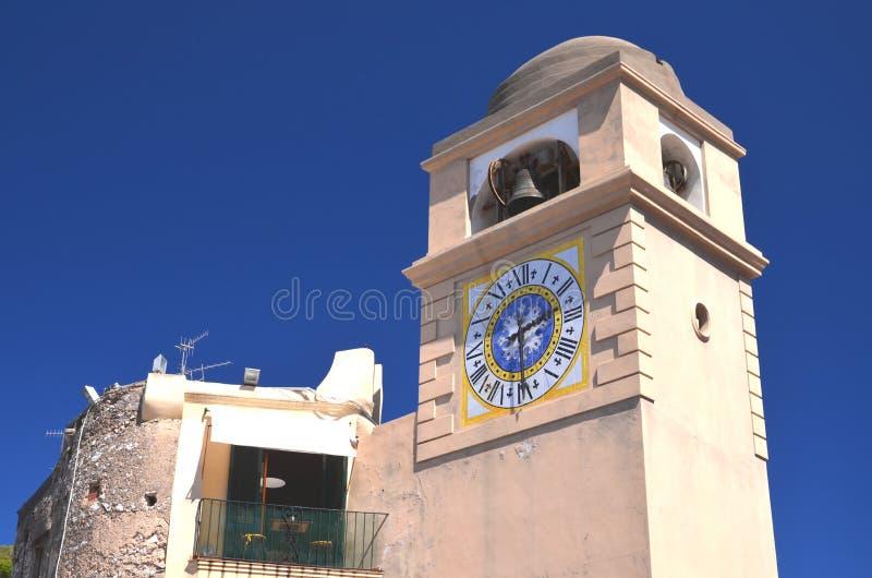 Reloj antiguo hermoso de la torre en la isla de Capri, Italia imagenes de archivo