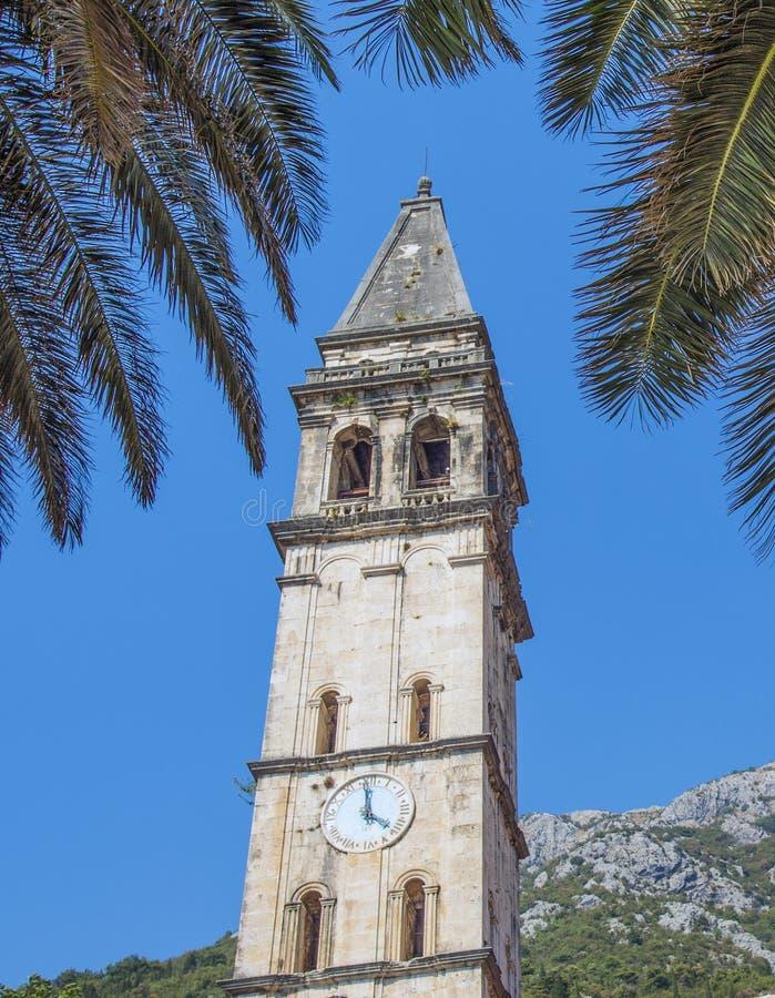 Reloj astronómico en la torre vieja de la ciudad de Perast Europa imagenes de archivo