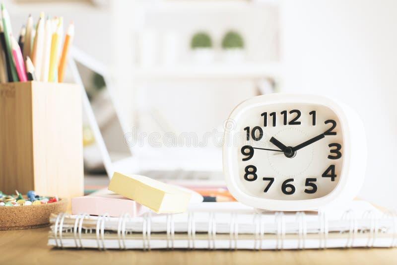 Reloj blanco en la mesa de la oficina imágenes de archivo libres de regalías