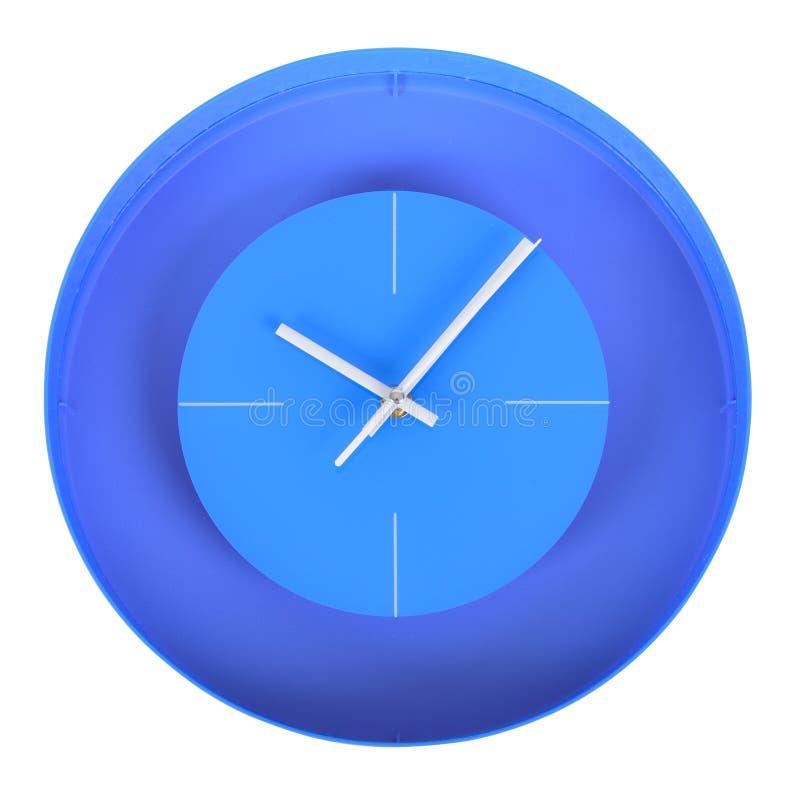 Reloj clásico azul en una pared blanca libre illustration