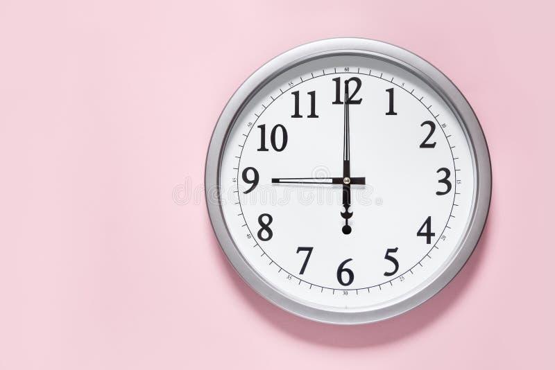 Reloj clásico en la pared imagenes de archivo