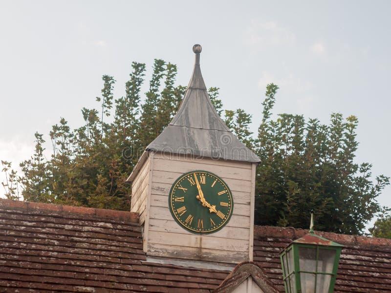 Reloj comunal de la pequeña torre rural del tejado del pueblo de la ciudad fotos de archivo libres de regalías