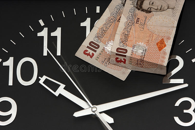 Reloj con diez libras imagen de archivo libre de regalías