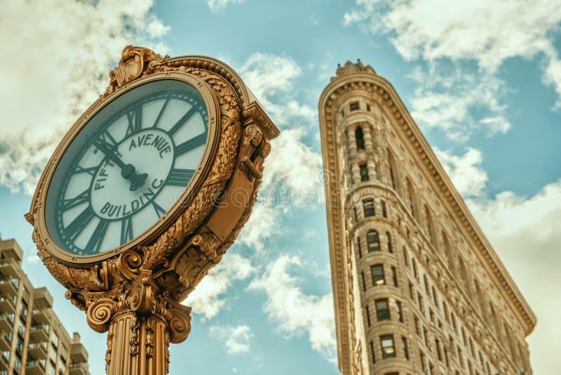 Reloj con el edificio de la plancha, New York City, los E.E.U.U. de Fifth Avenue imagen de archivo libre de regalías