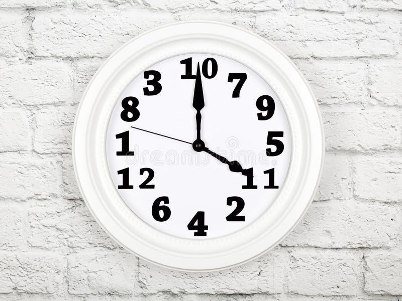 Reloj con las figuras mezcladas para arriba Concepto de desorden y de caos foto de archivo