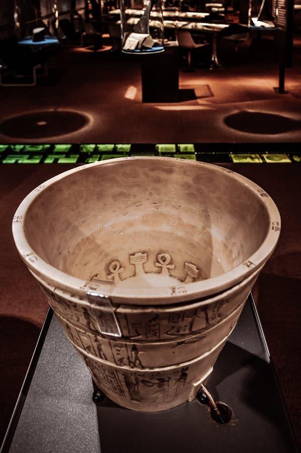 Reloj de agua egipcio antiguo viejo en museo fotos de archivo