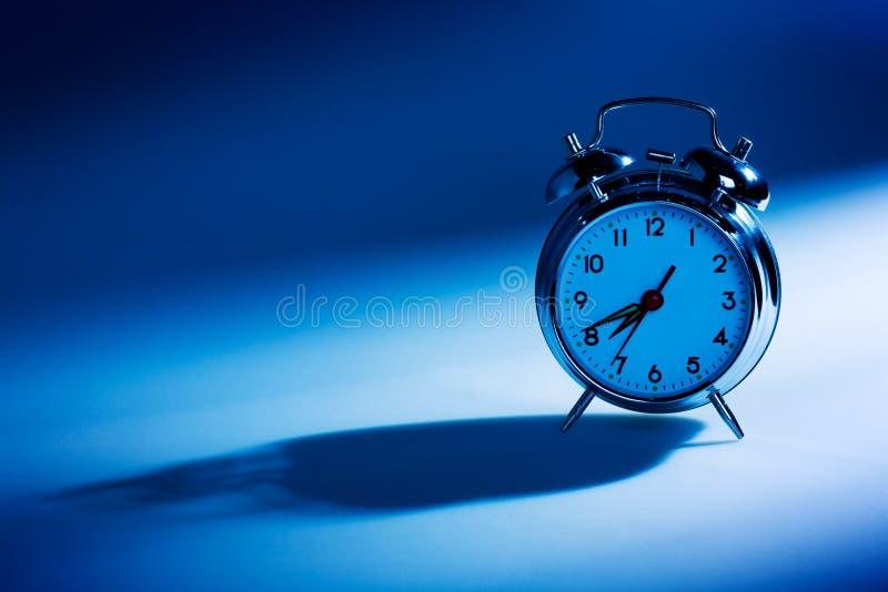 Reloj de alarma azul fotografía de archivo libre de regalías