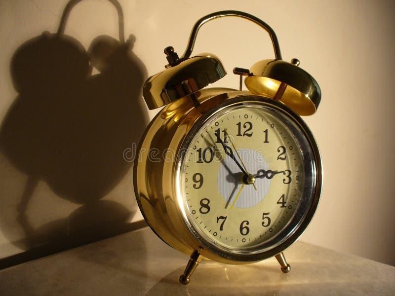 Reloj de alarma brillante imagenes de archivo