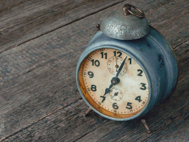 Reloj de alarma mecánico viejo fotos de archivo