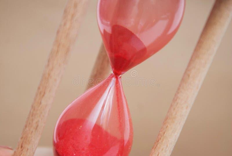 Reloj de arena como concepto del tiempo y funcionamiento fuera del tiempo Sandglass Fondo de marfil neutral Imagen vertical Timmi fotografía de archivo
