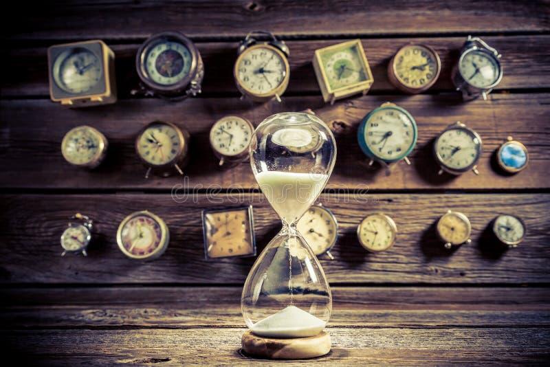 Reloj de arena con la arena que fluye imagen de archivo