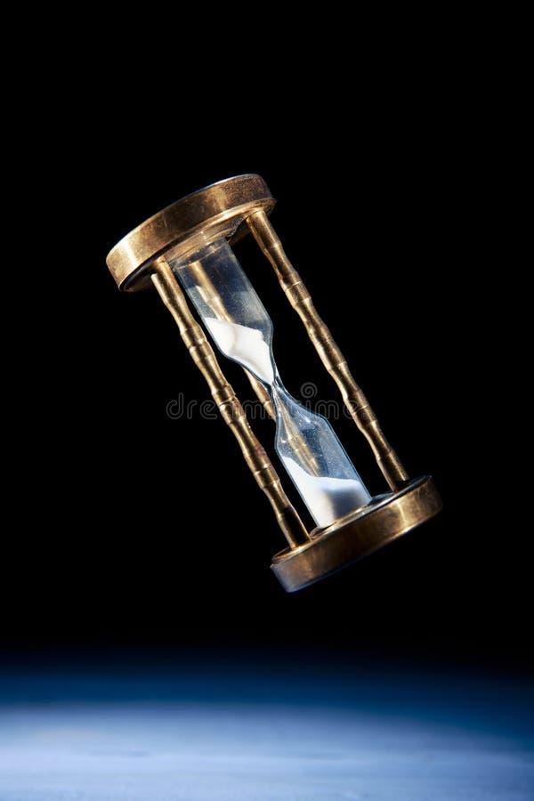 Reloj de arena, concepto del tiempo con una imagen del alto contraste fotografía de archivo