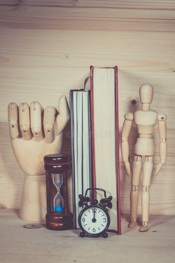 Reloj de arena de madera del reloj de la marioneta foto de archivo
