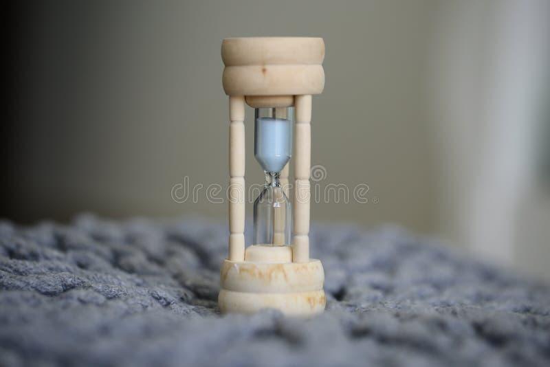 Reloj de arena en casa, concepto de planeamiento del tiempo eficaz fotografía de archivo libre de regalías