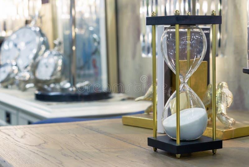 Reloj de arena en estilo moderno en una tabla de madera foto de archivo libre de regalías