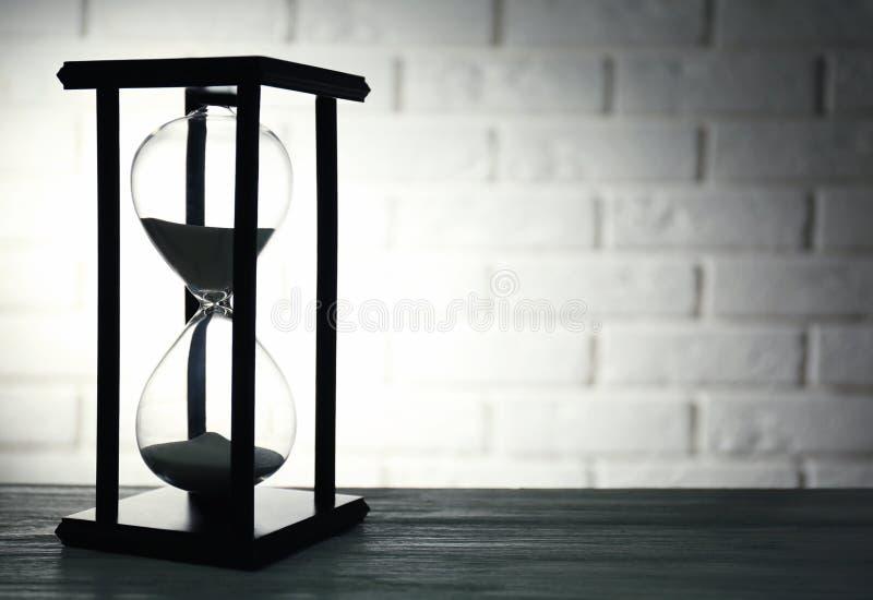 Reloj de arena en ladrillo fotografía de archivo libre de regalías