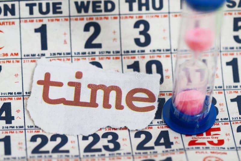 Reloj de arena en las hojas del calendario imagen de archivo libre de regalías