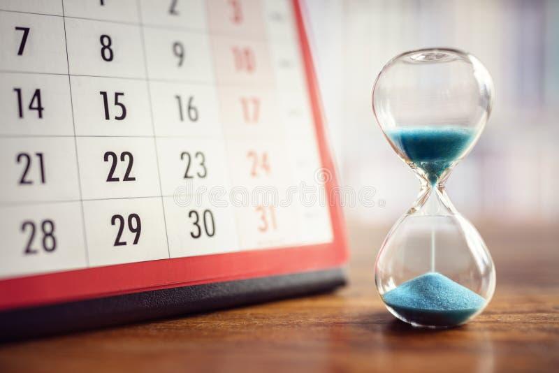 Reloj de arena y calendario imágenes de archivo libres de regalías