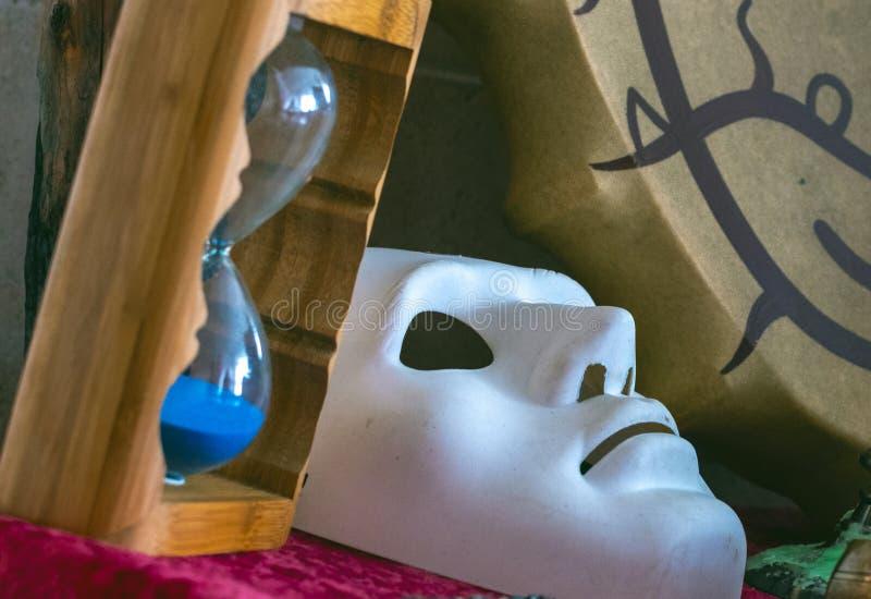 Reloj de arena y máscara de teatro blanca del segmento shamanic de la pandereta imagenes de archivo