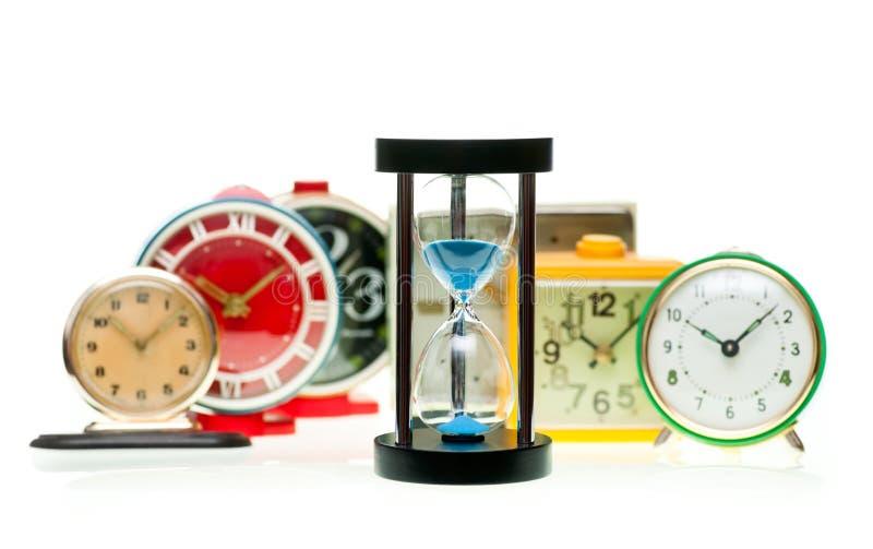 Reloj de arena y relojes de alarma foto de archivo libre de regalías