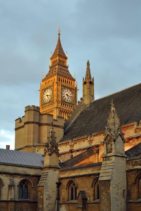 Reloj De Ben Grande Detrás De Picos Del Parlamento Imágenes de archivo libres de regalías