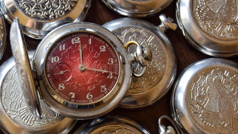 Reloj de bolsillo antiguo en cierre retro del estilo para arriba fotos de archivo libres de regalías