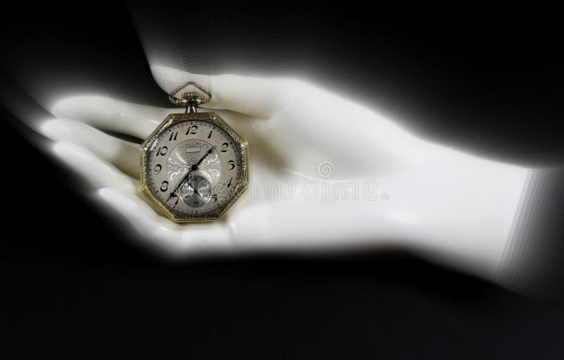 Reloj de bolsillo antiguo en mano del maniquí imagenes de archivo