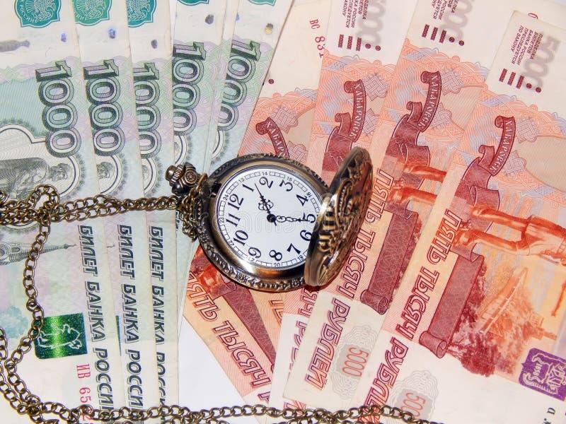 Reloj de bolsillo con el dinero ruso imagenes de archivo