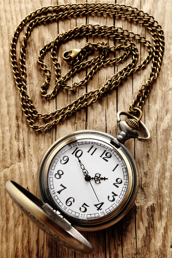 Reloj de bolsillo de la vendimia en encadenamiento imágenes de archivo libres de regalías