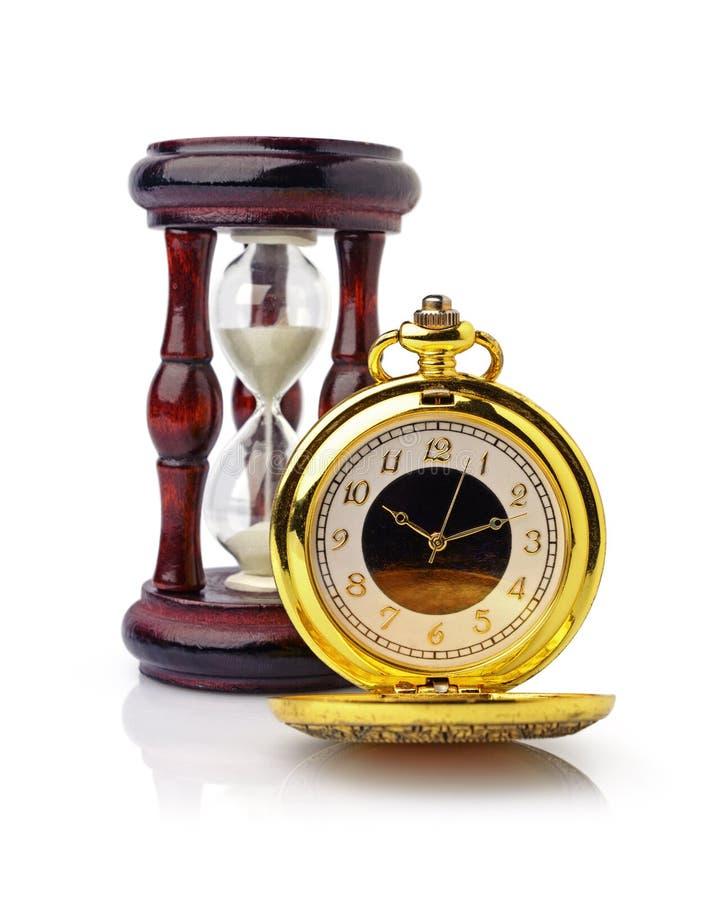 Reloj de bolsillo de oro del vintage y reloj de arena de madera fotografía de archivo libre de regalías