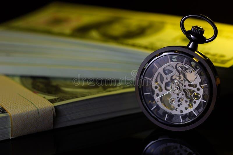 Reloj de bolsillo del vintage y dólar de la falsificación imagenes de archivo