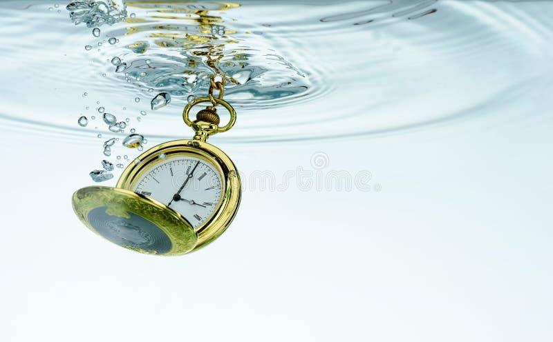 Reloj de bolsillo en agua imágenes de archivo libres de regalías