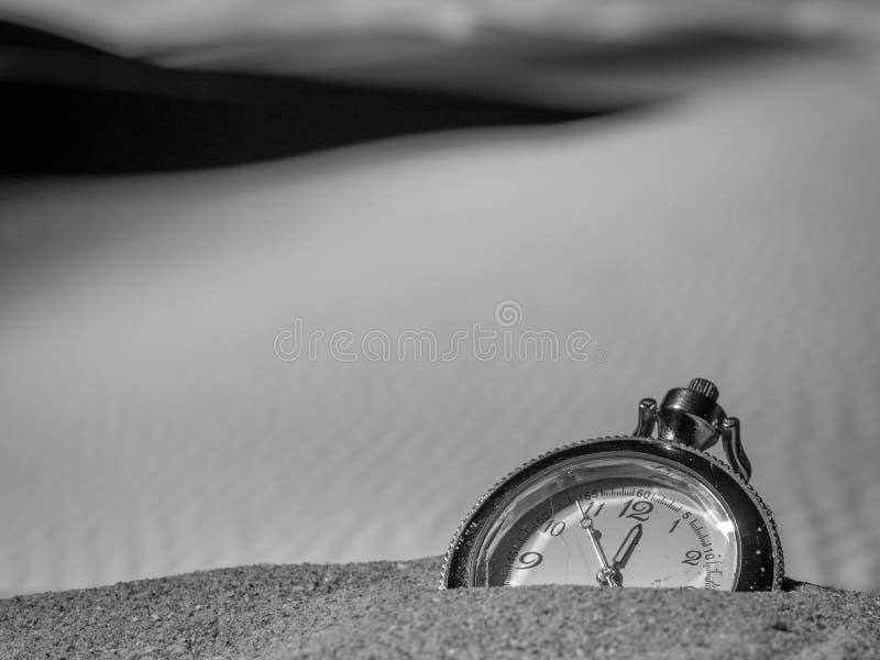 .Bagunça.. - Página 2 Reloj-de-bolsillo-enterrado-en-la-arena-del-desierto-110579225