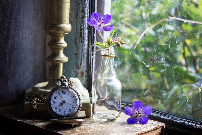 Reloj de bolsillo viejo en un alféizar imágenes de archivo libres de regalías