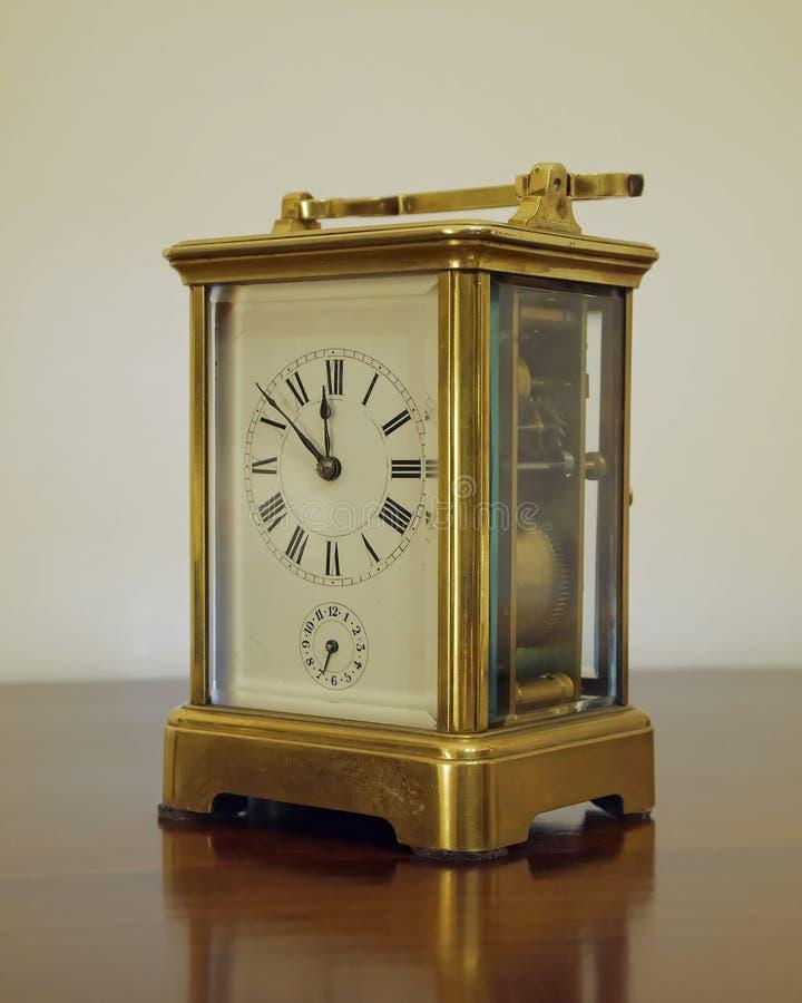 Reloj de bronce viejo fotografía de archivo libre de regalías