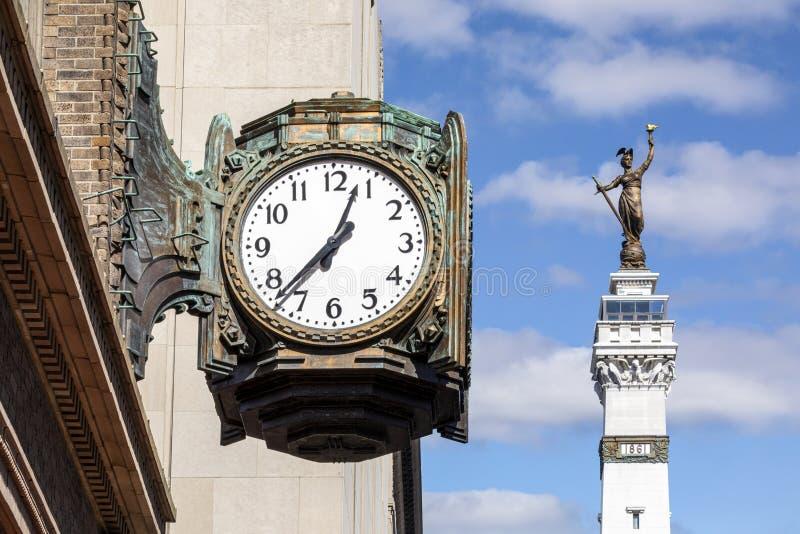 Reloj de bronce y monumento - Indianápolis fotos de archivo libres de regalías