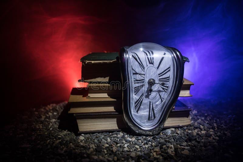 Reloj de fusión suave torcido en un banco de madera, la persistencia de la memoria de Salvador Dali foto de archivo libre de regalías