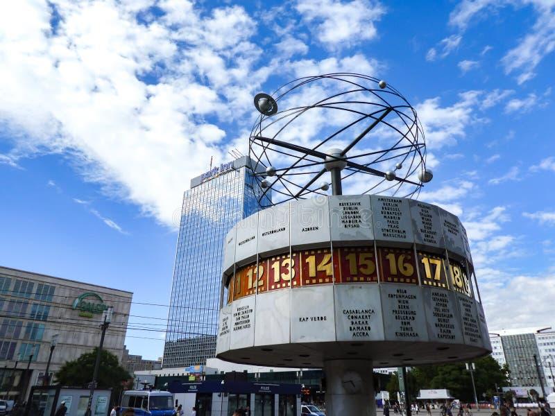 Reloj de hora mundial en Alexanderplatz, Berlín, Alemania fotos de archivo libres de regalías