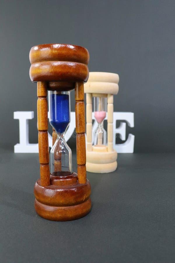 Reloj de la arena Somos todos los esclavos del tiempo Esto puede ser bueno o malo, apenas depende de sus opciones macho Piense bi imágenes de archivo libres de regalías