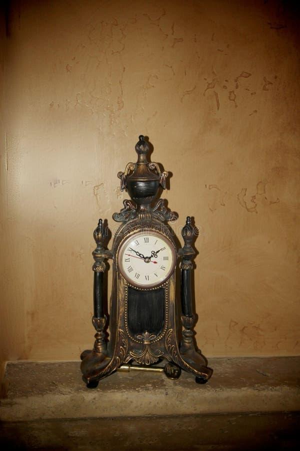 Reloj de la capa del bronce foto de archivo libre de regalías