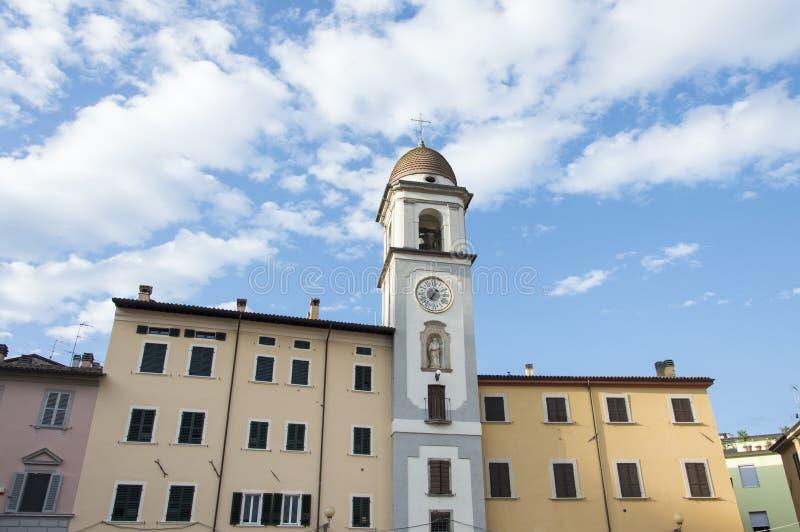 Reloj de la ciudad en un cielo azul imagen de archivo