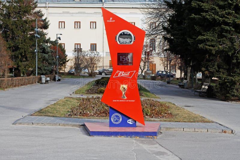 Reloj de la cuenta descendiente al comienzo del mundial 2018 de la FIFA en Rusia en la 'promenade' central de Stalingrad foto de archivo