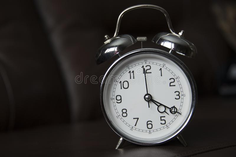 Reloj de la escuela vieja en el 4:20 fotos de archivo