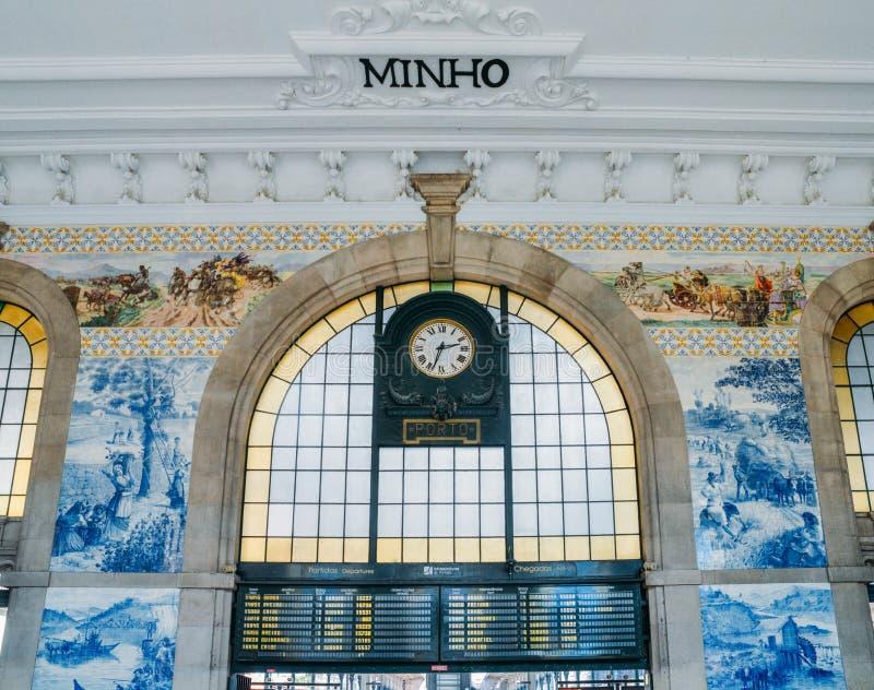 Reloj de la estaci?n de tren hist?rica de Bento del sao en Oporto, Portugal La pared se cubre en tejas azules del azulejo fotos de archivo